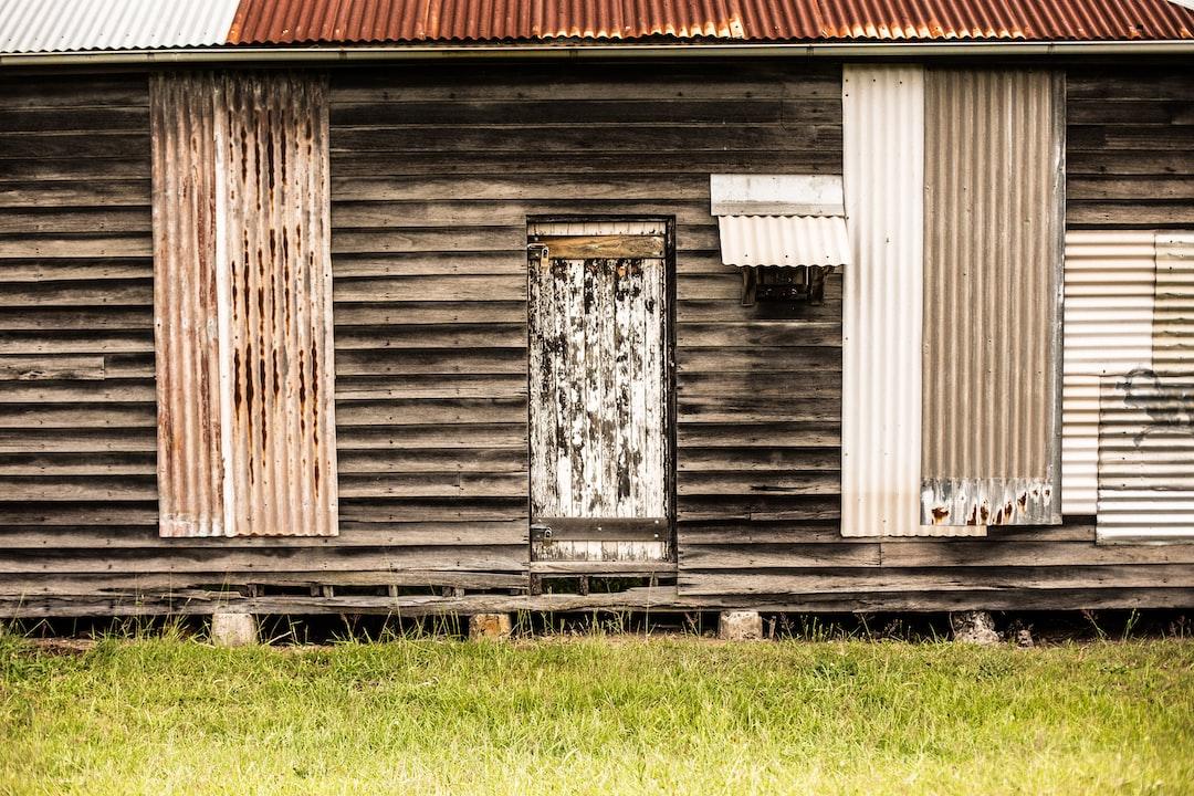 Мелкий фокус фотография коричневого деревянного дома