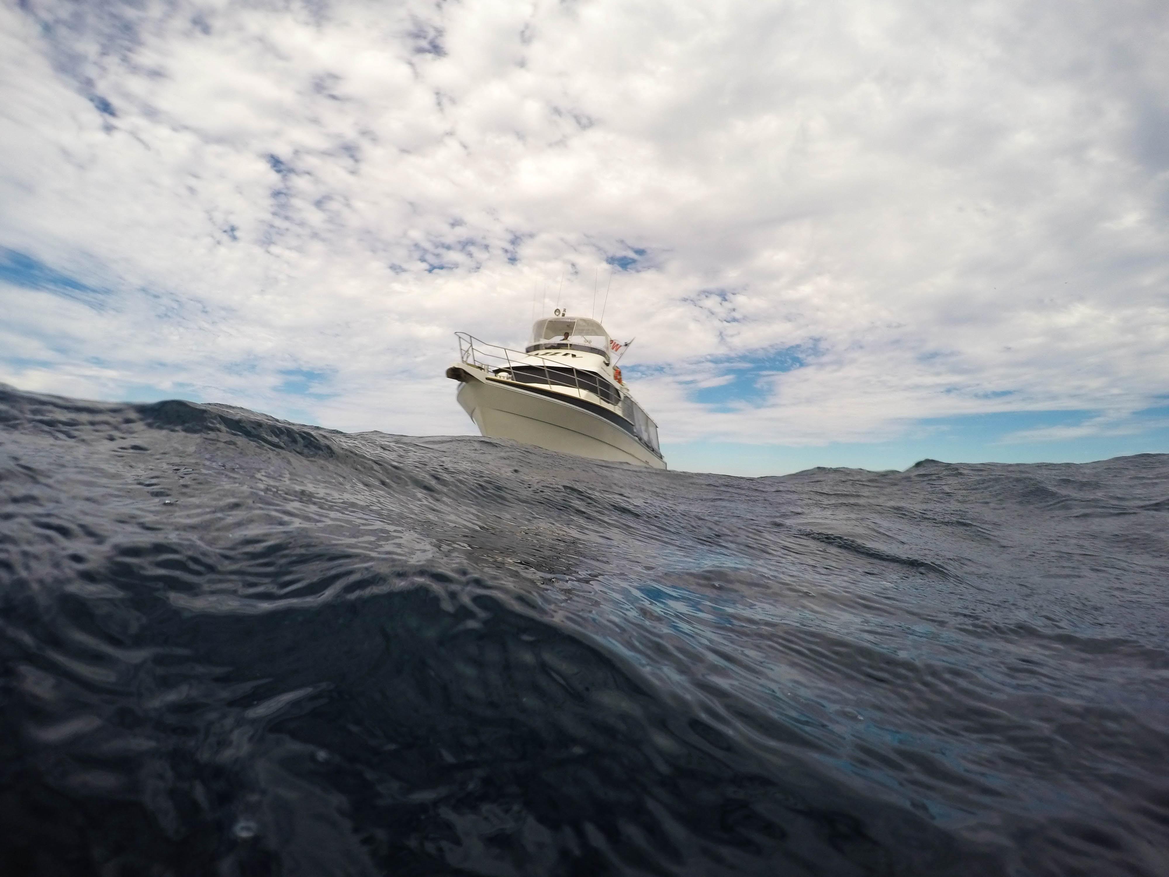 incomming boat