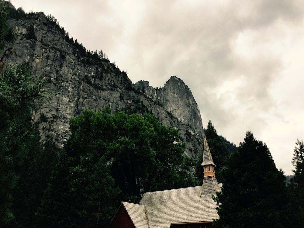 white house near mountain