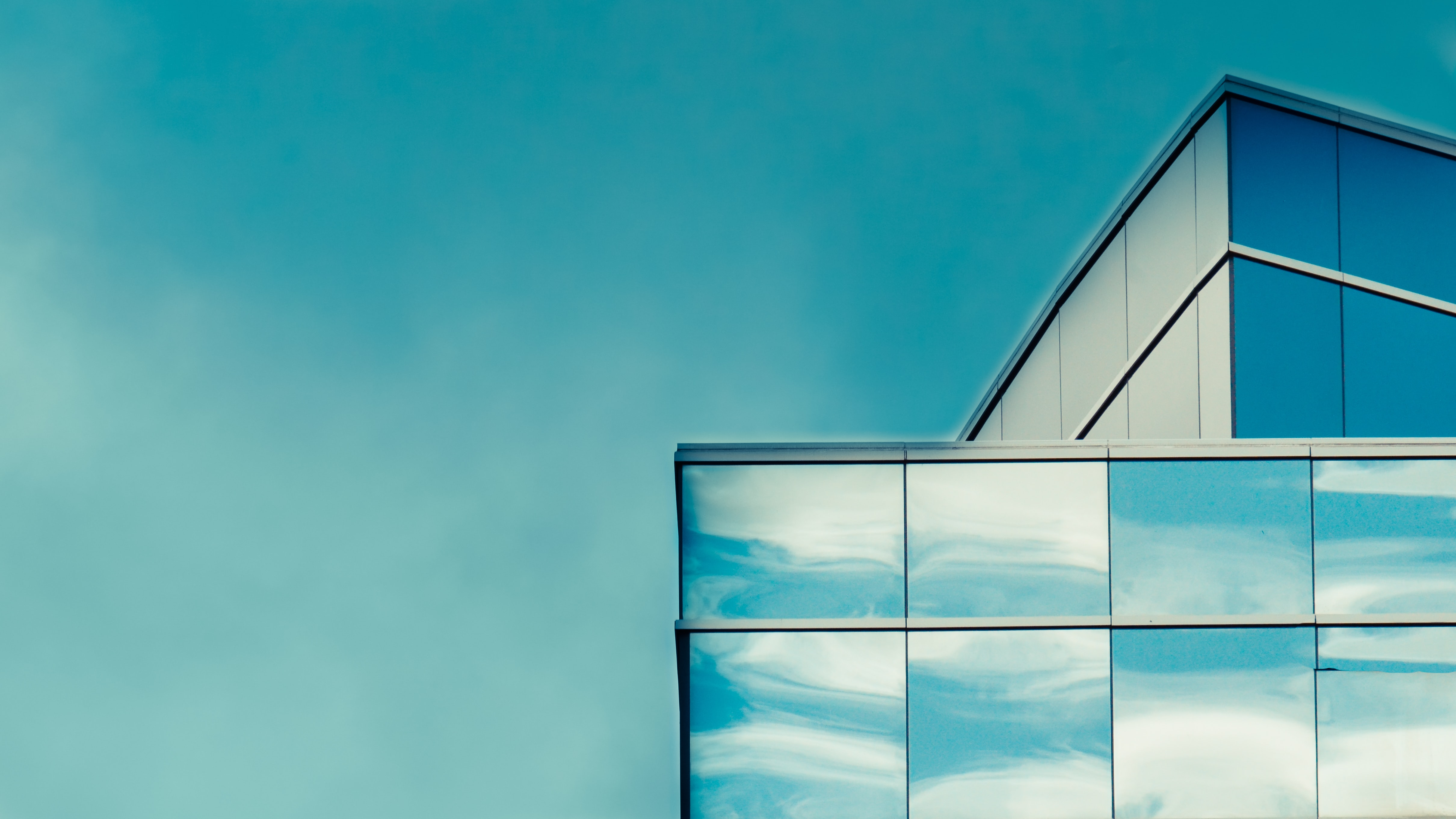 The edge of a rooftop of a building with a glass facade in Orlando