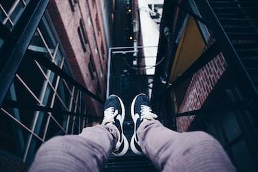 「足もとを見る」はビジネスで活躍する慣用句!意味や使い方など徹底解説!