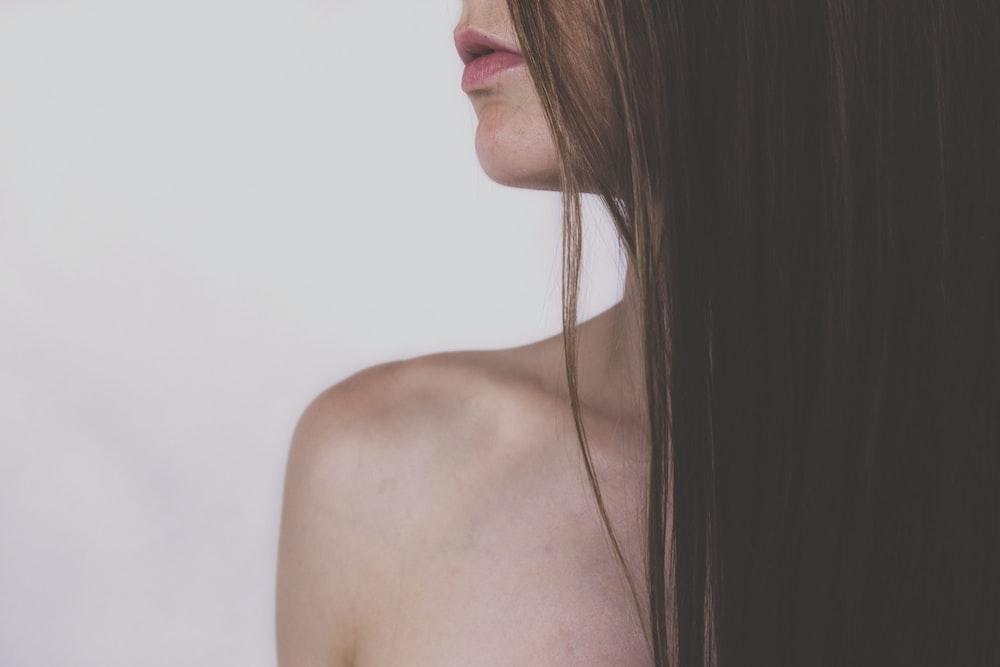 画像のポーズの女性