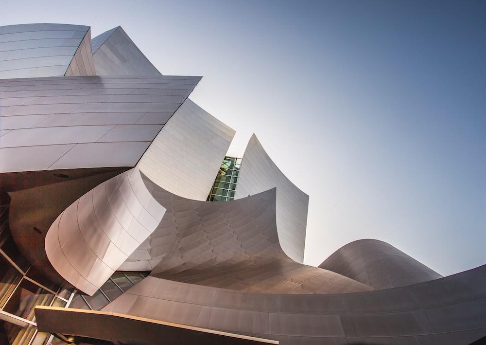 El Museo Guggenheim de Bilbao, diseñado por Frank Gehry, es su obra maestra de la arquitectura deconstructivista