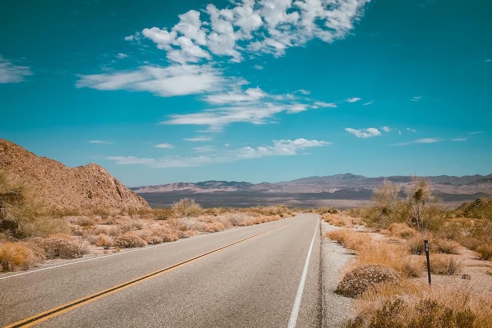 昼間の高速道路の道路写真