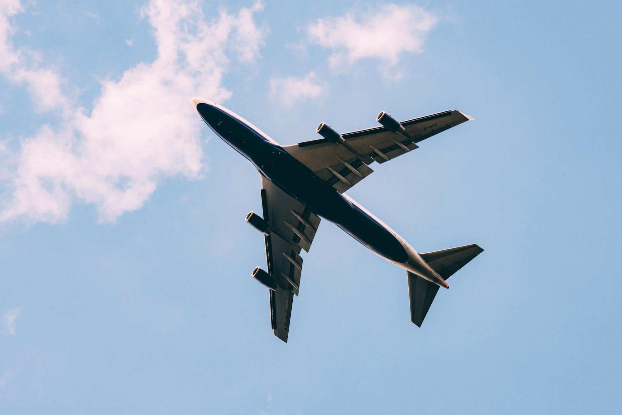 Avion qui vole dans le ciel