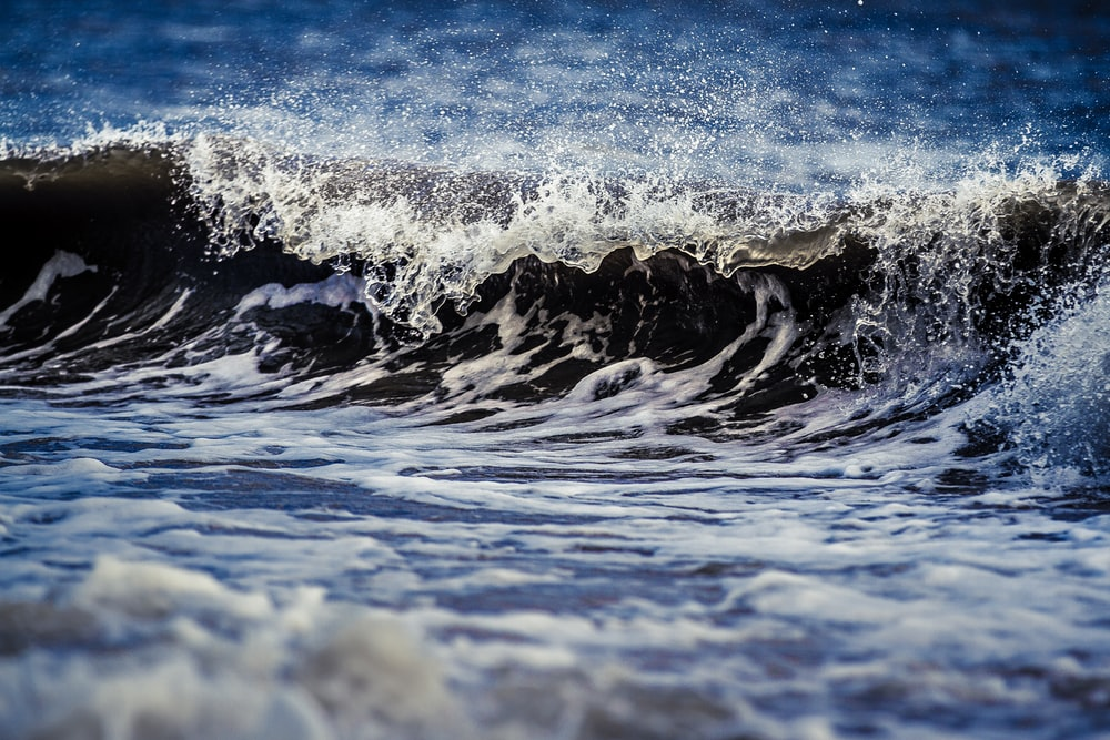 close up photo of ocean wave at daytime
