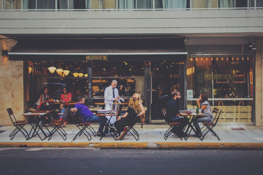 Gente joven sentada en un café de Palermo buenos Aires, Argentina