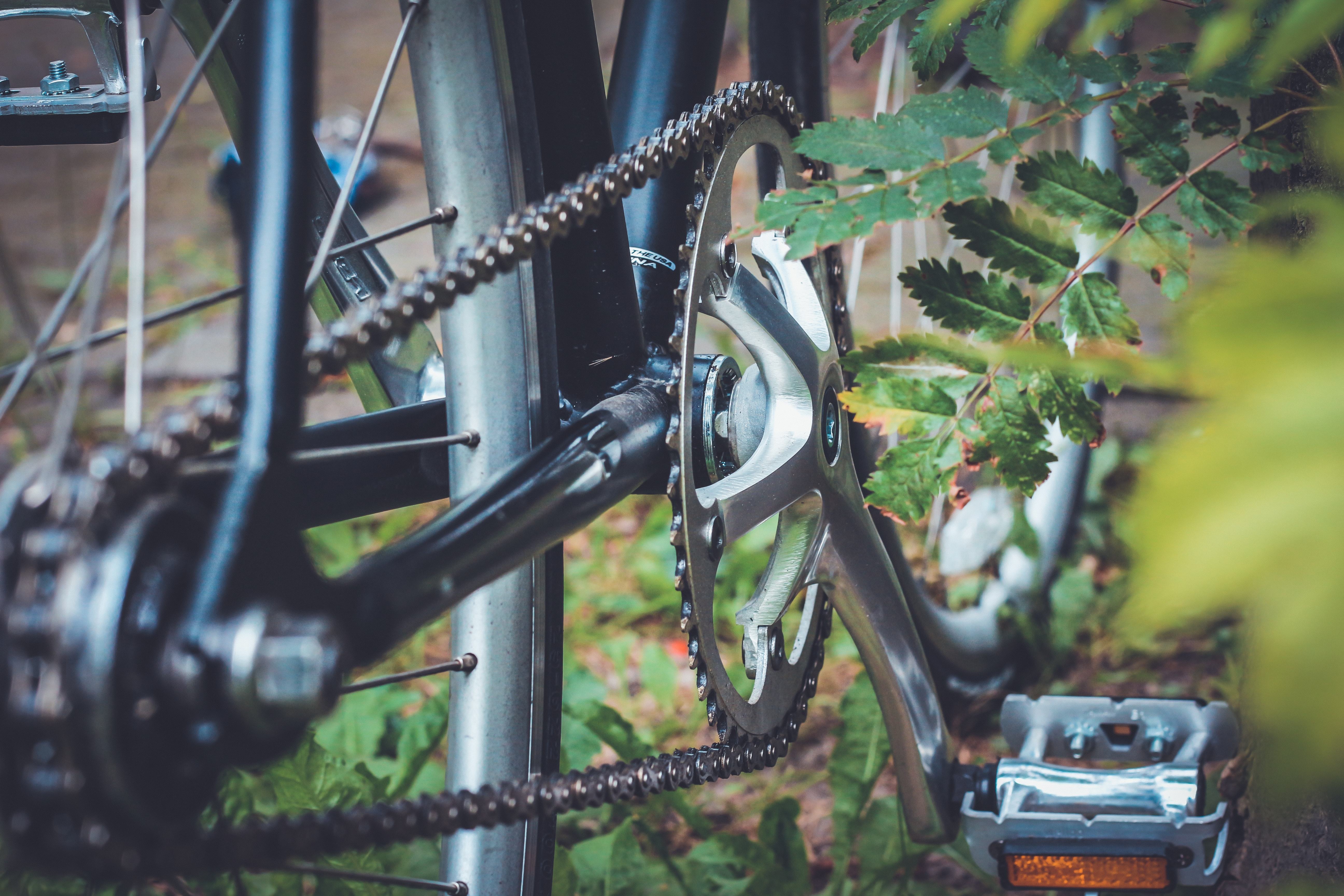 Low show of chains and pedals on a bicycle