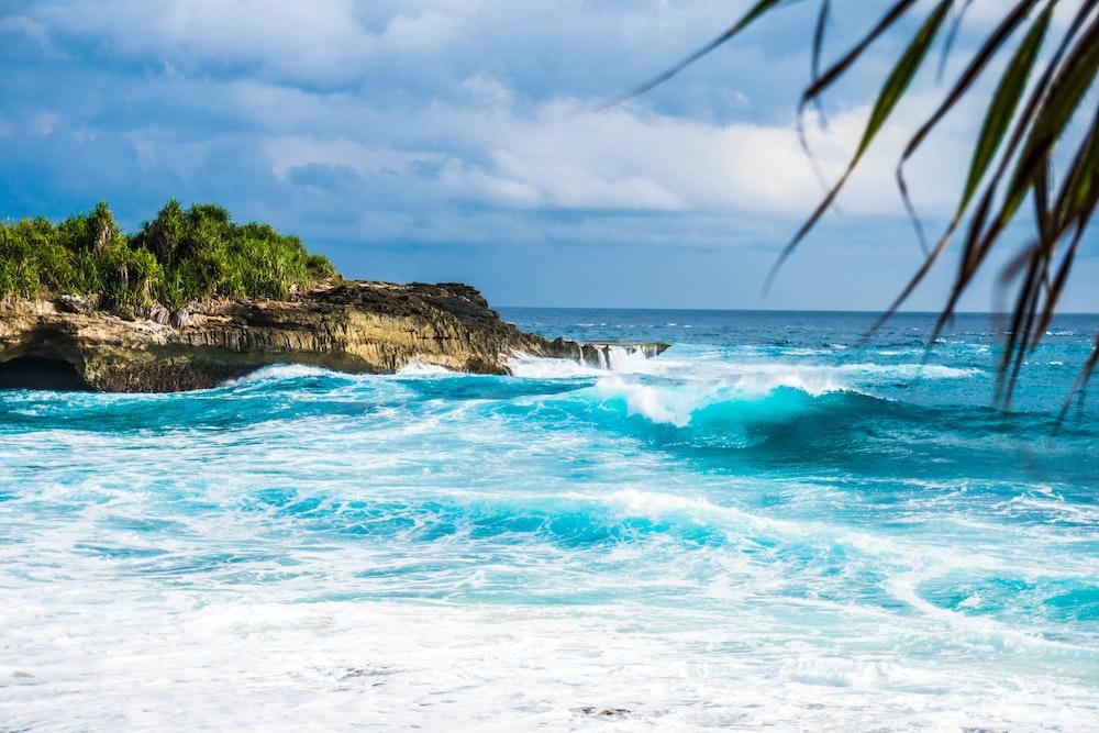 ocean waves rushing trough stones