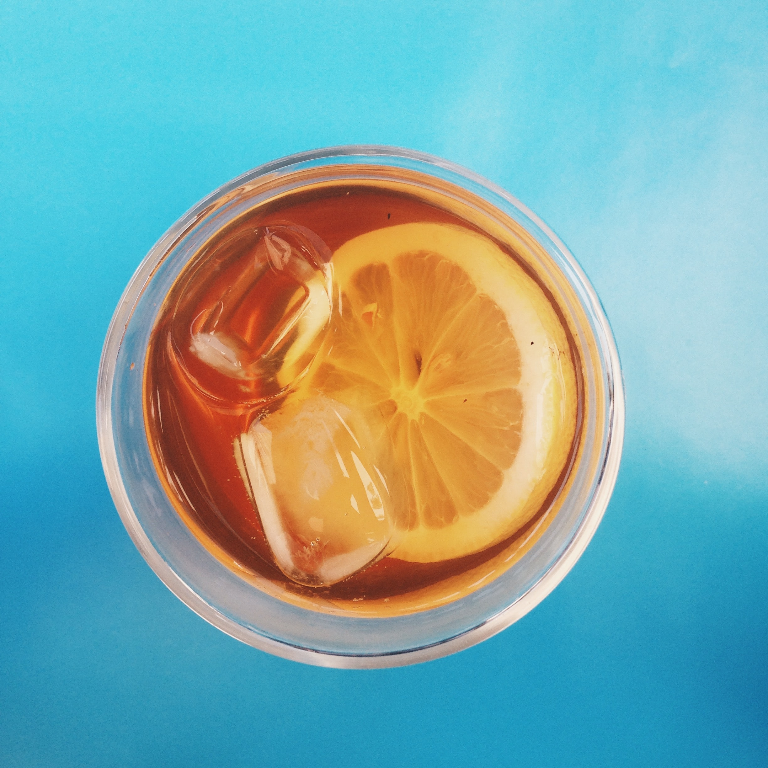 Top view of an ice tea in a glass containing slice of lemon and ice in São Paulo