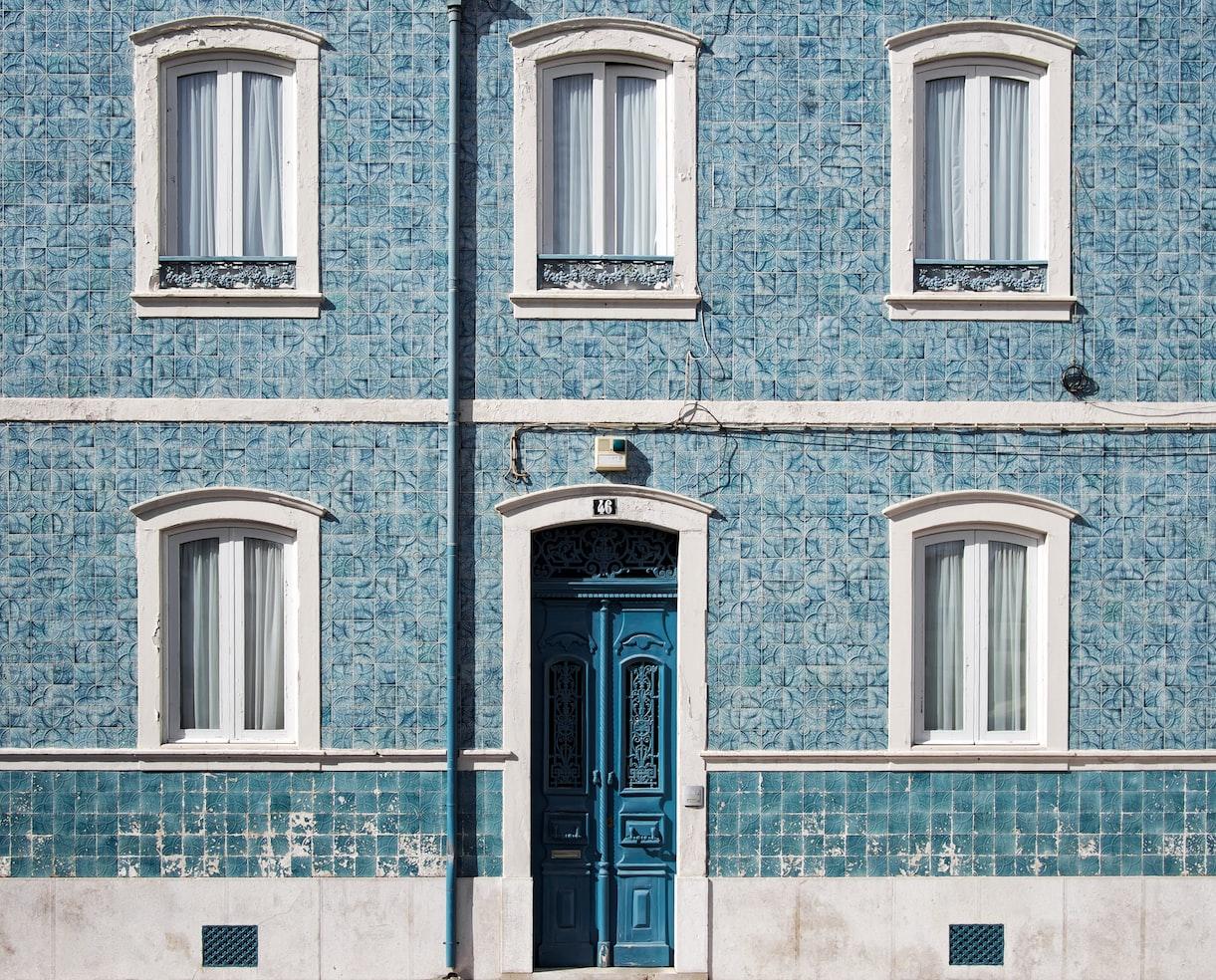 photo 1472070855221 4dff400df492?ixlib=rb 1.2 - Como escolher cores na Arquitetura: Azul e Vermelho