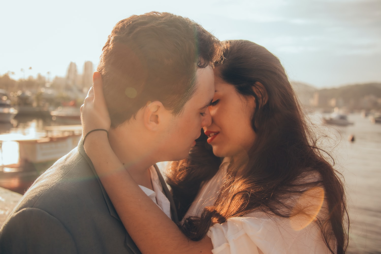 Поцелуй между мужчиной и женщиной