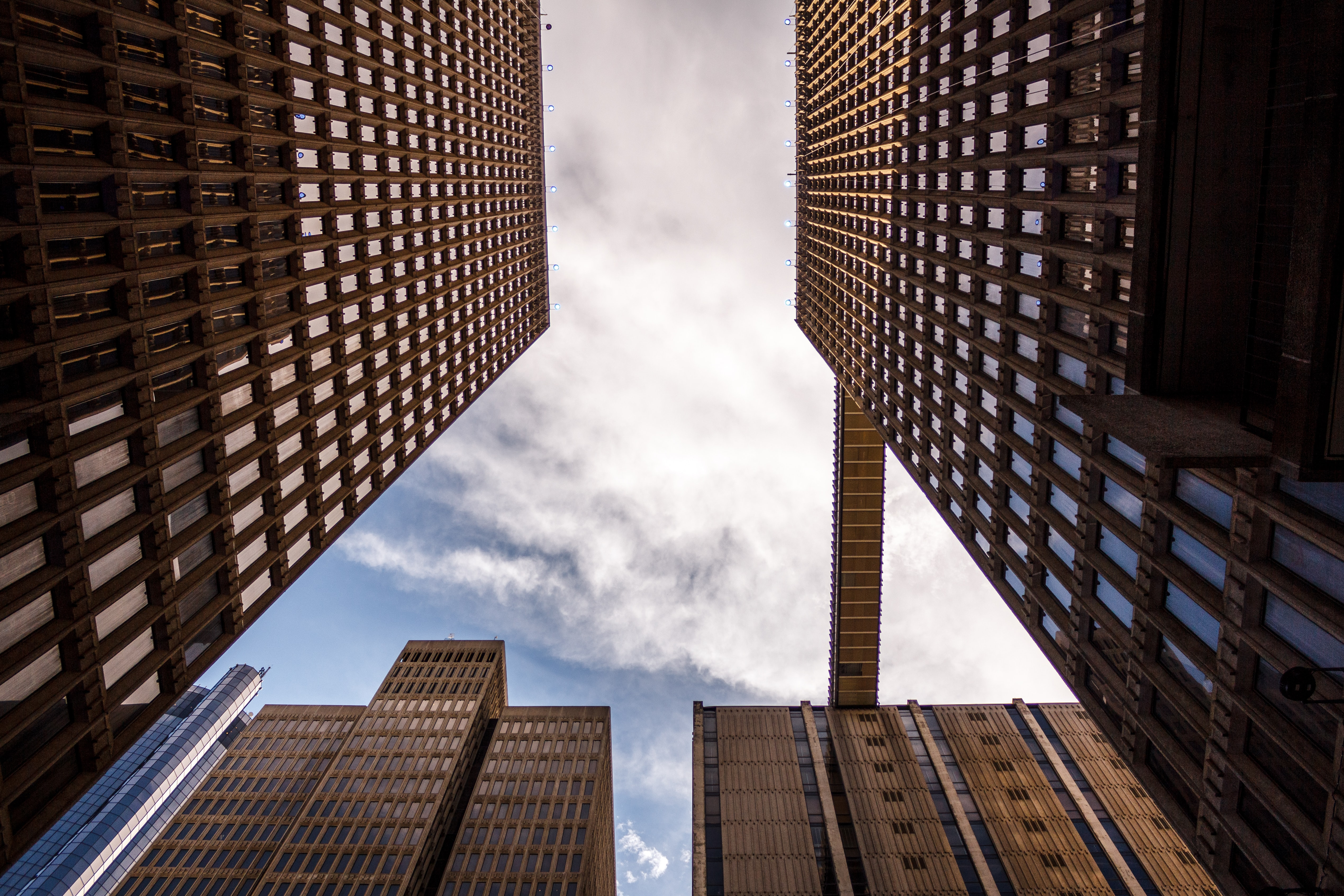 A low-angle shot of the skybridge connecting the roofs of two high-rises in Atlanta