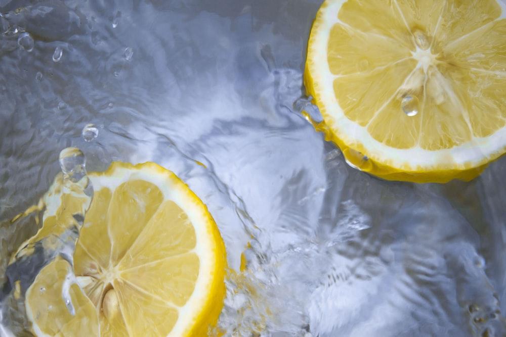 close-up photography of sliced lemons