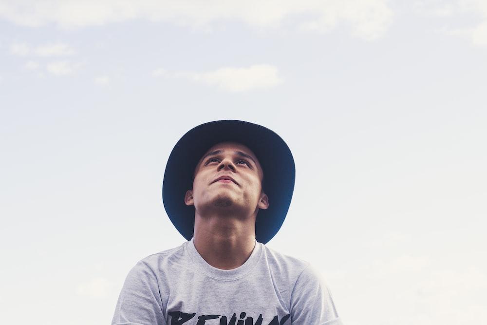 空を見て男