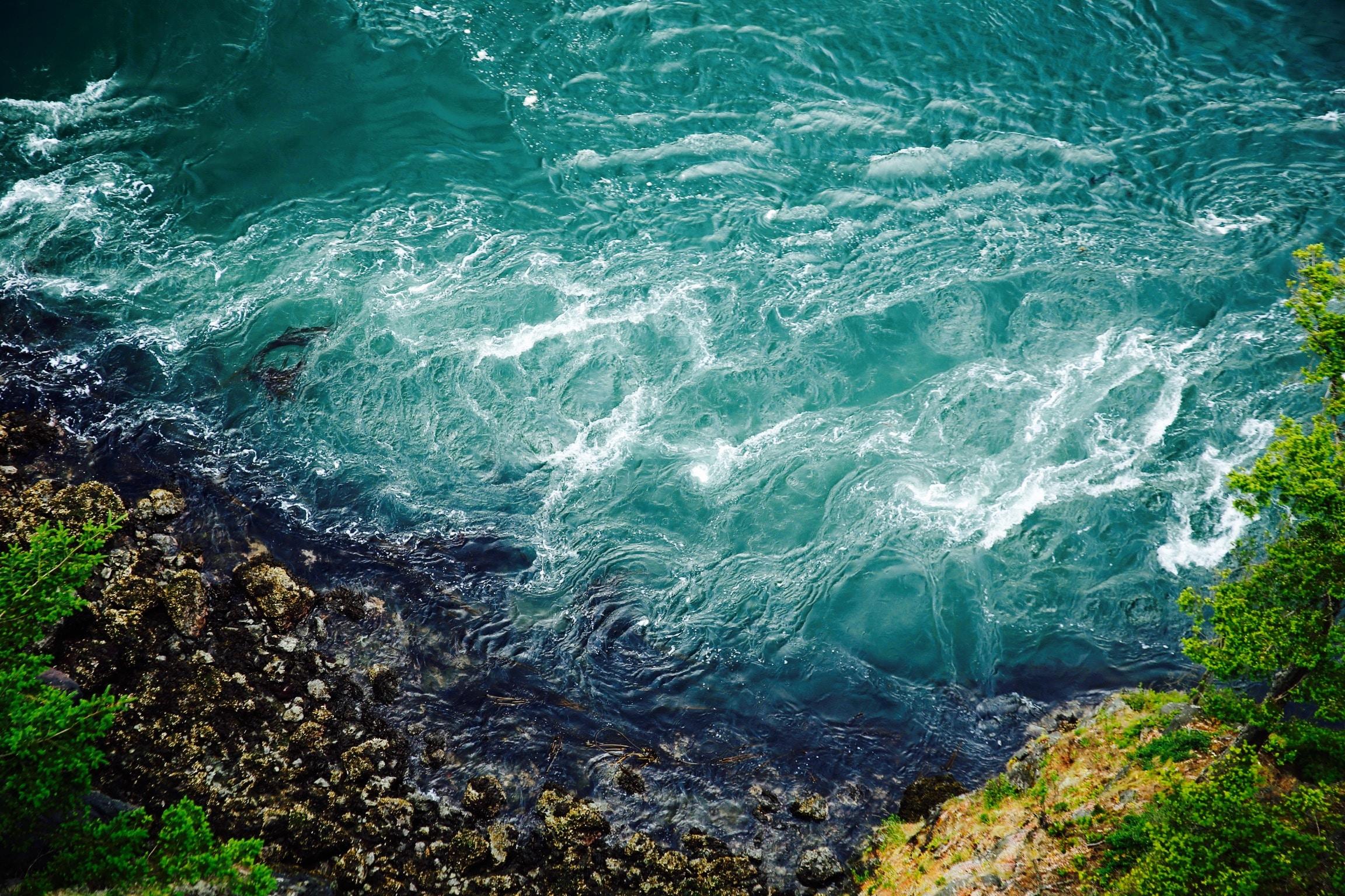 bird's-eye view photography of body of water smashing the rocks