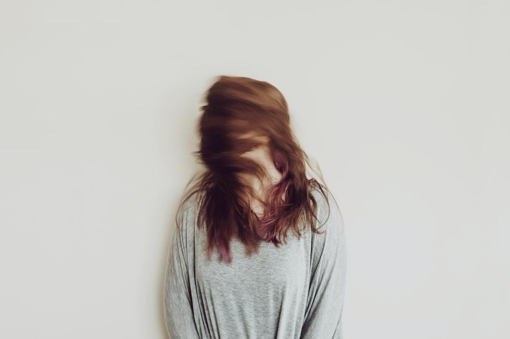 women's gray long-sleeved shirt