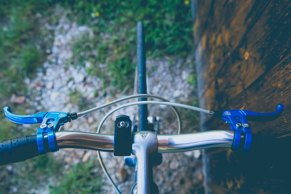 shallow focus photography of blue and gray bicycle