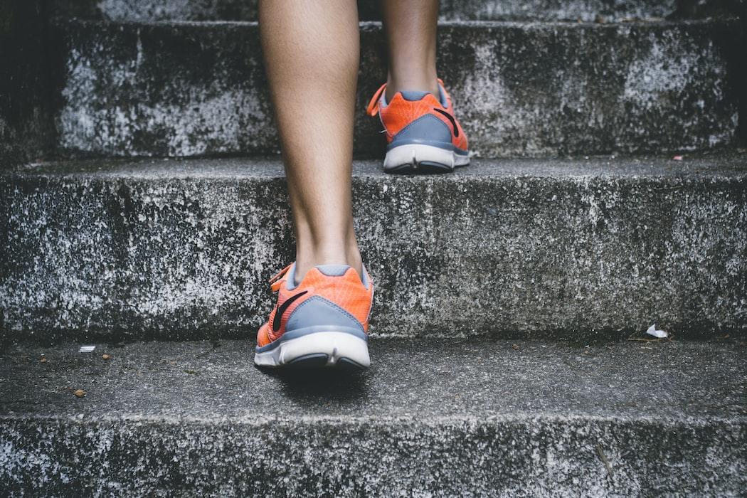 jenis olahraga ringan selama puasa - naik turun tangga