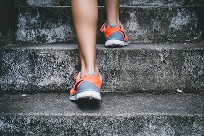 階段を登っていく足