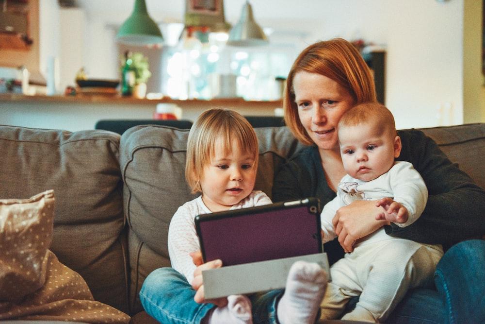 Ilustrasi ibu dan anak (Foto: Unsplash/Alexander Dummer)