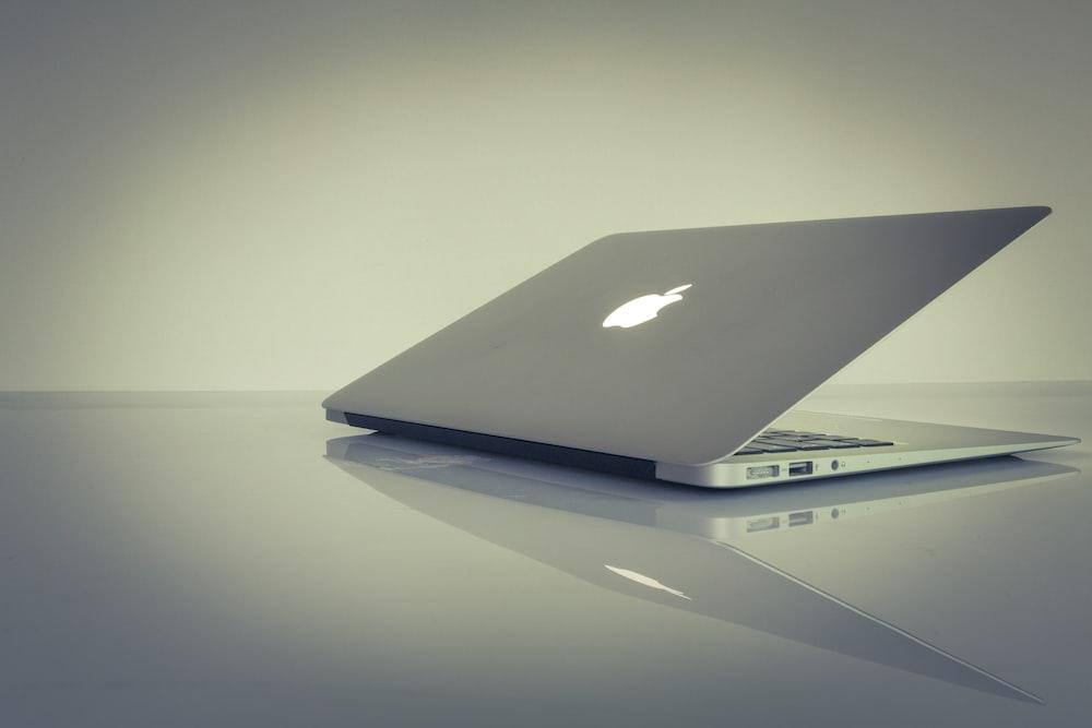 ホワイトテーブルの上部にあるMacBook Air