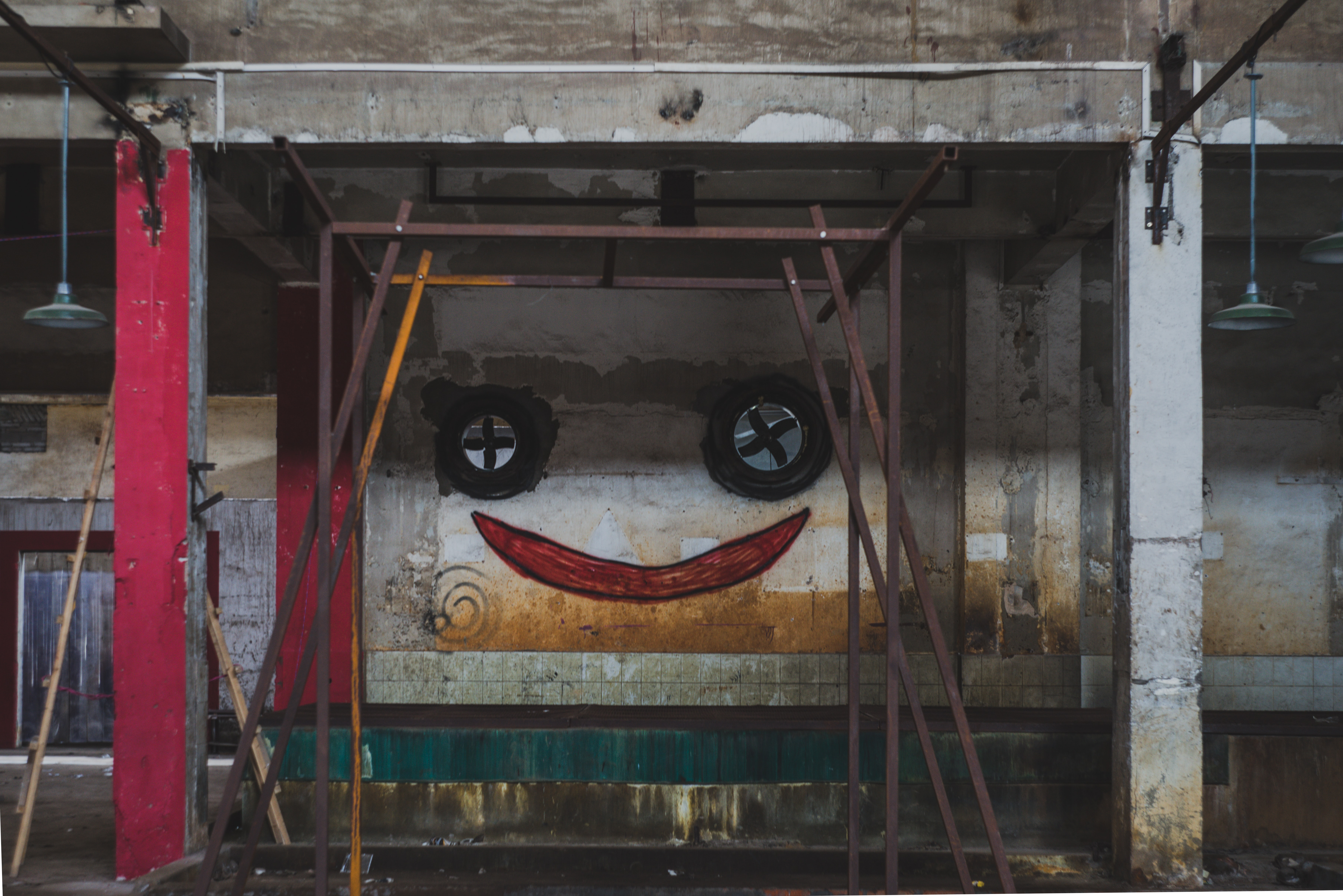 A happy face graffiti painted onto a wall.