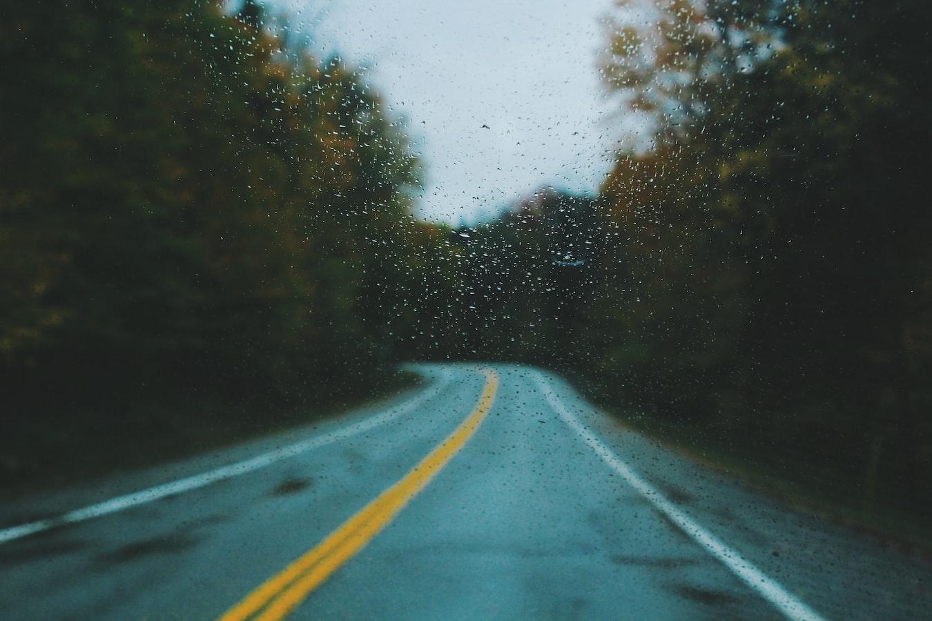 Carretera sinuosa con lluvia.