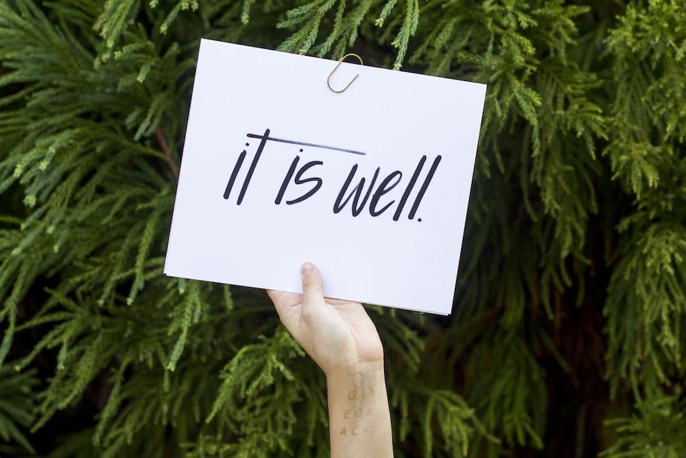 person holding white paper, kata kata bijak, kata kata kecewa untuk seseorang, kata kata sakit hati dan kecewa, kata kekecewaan