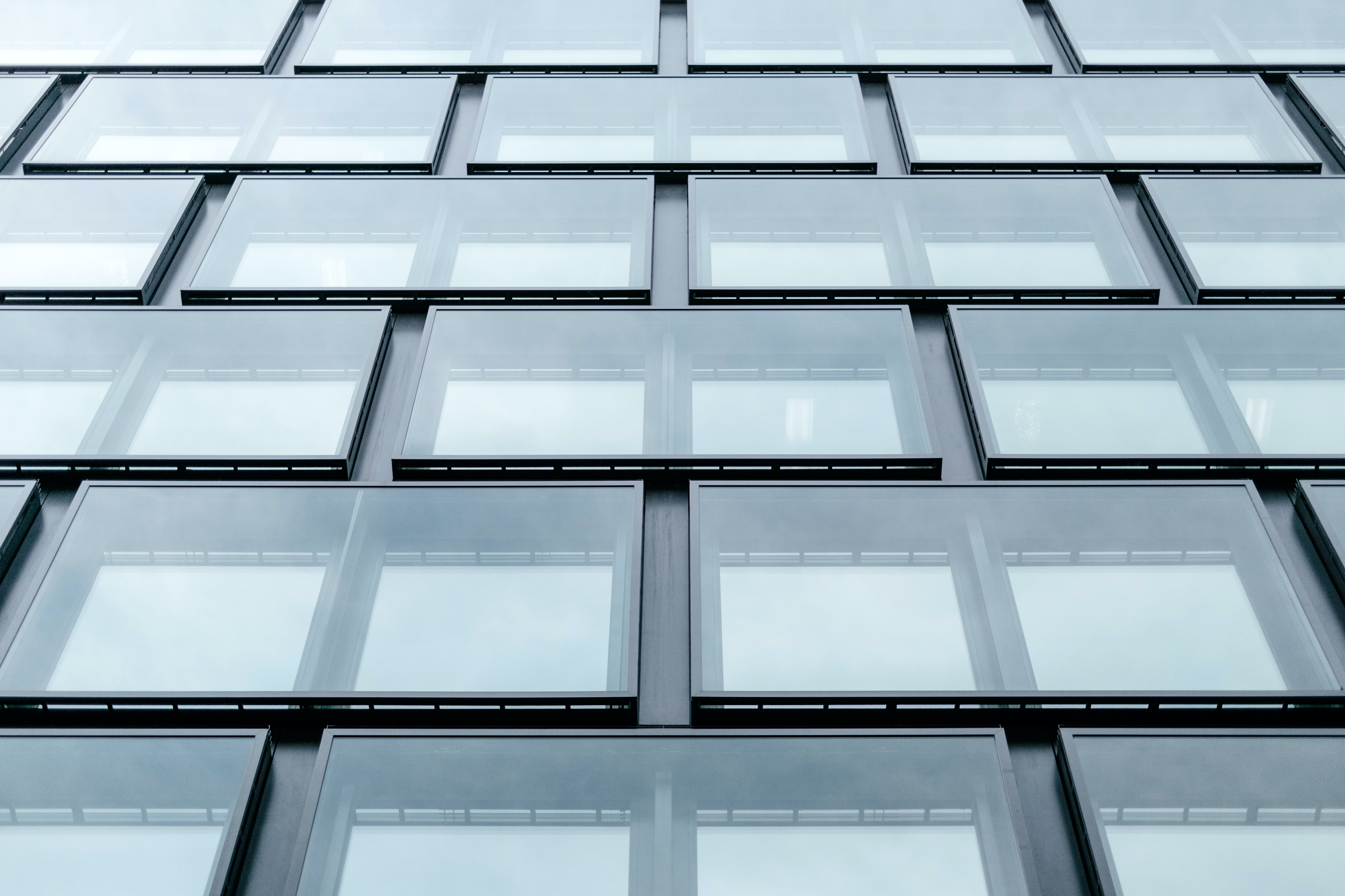 Large rectangular windows in the facade of an office building in Zürich