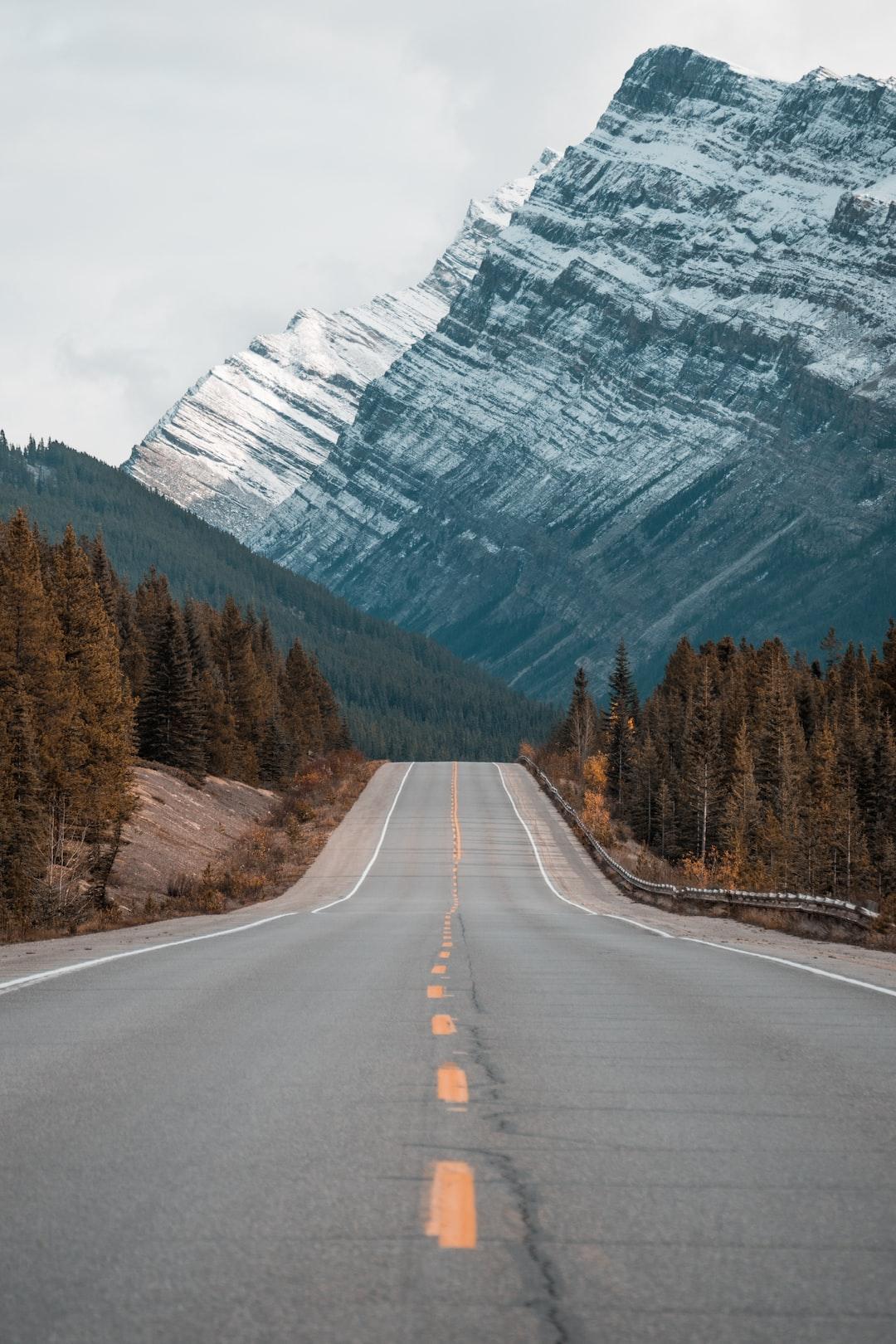 Road along steep mountains