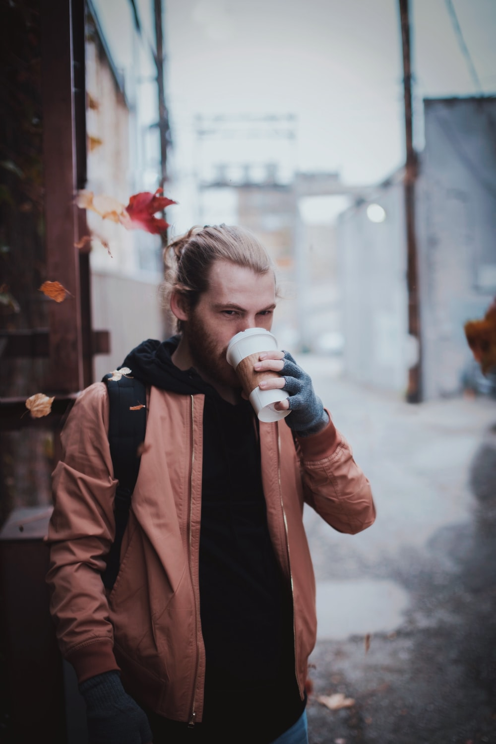 man drinking cup of coffee selective focus photography