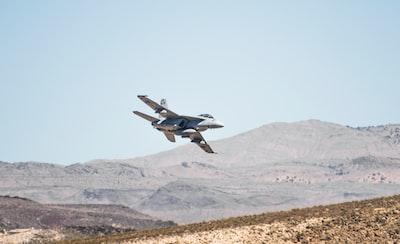 Beschreibung des Fotografen: Spotted 2 training F/A-18's during a roadtrip.