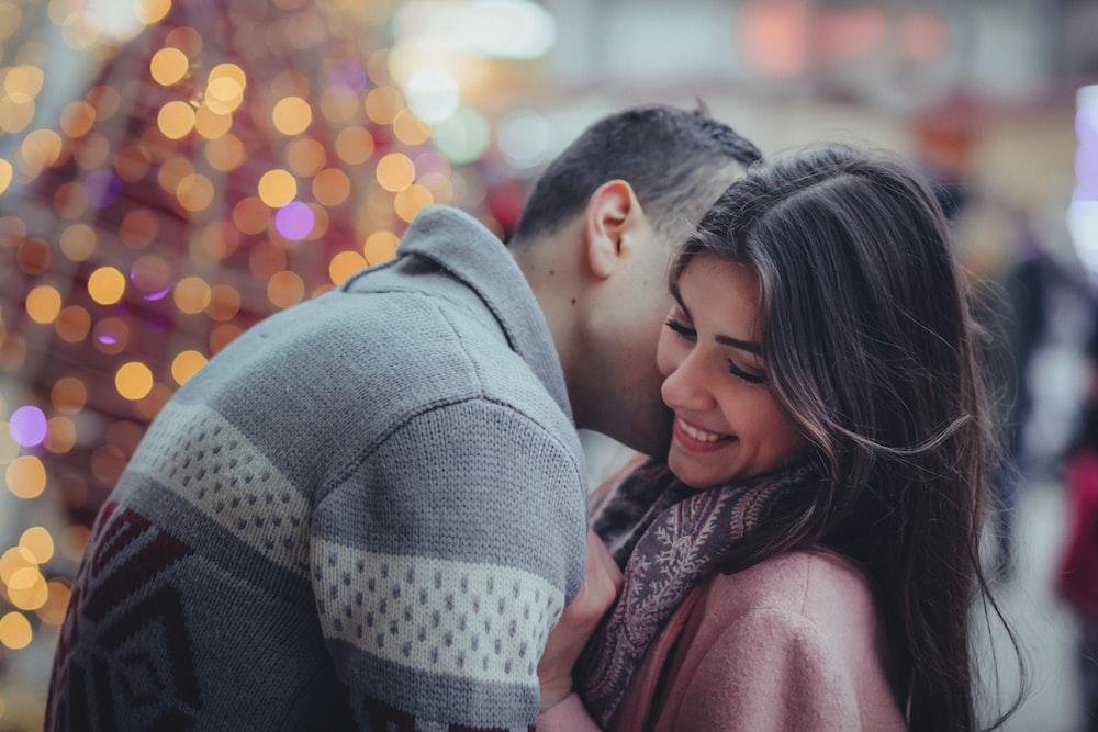 屋外の女性を抱いて男の浅い写真