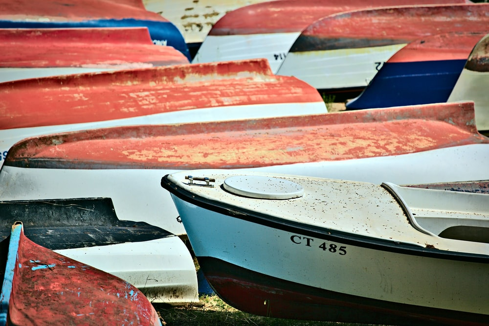 canoe boats on sand during daytime