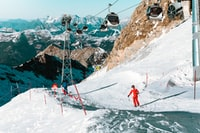 person doing some ski on under cable car