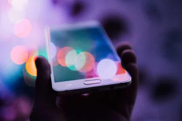 יש בחדר פיל לבן ודיגיטלי – כשהמציאות הדיגיטלית פוגשת מהגרת דיגיטלית