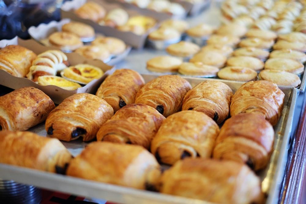 close up photography of baked treats on tray
