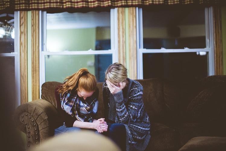 Deux femmes tristes. | Photo : Unsplash