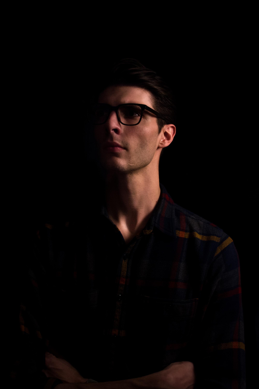 Фотография мужчины в студии, работа со светом