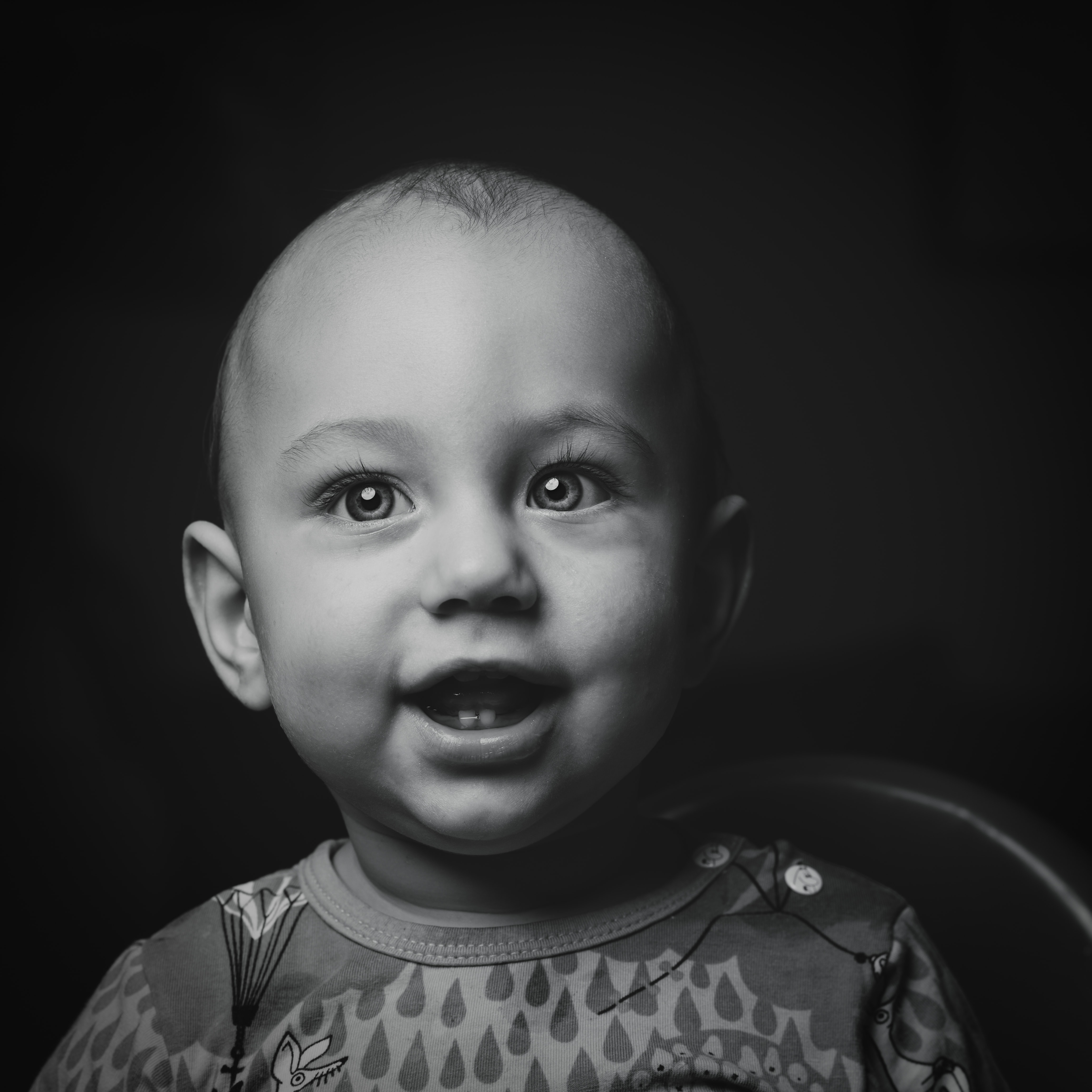 Black and white shot of baby's face without hair in Borås