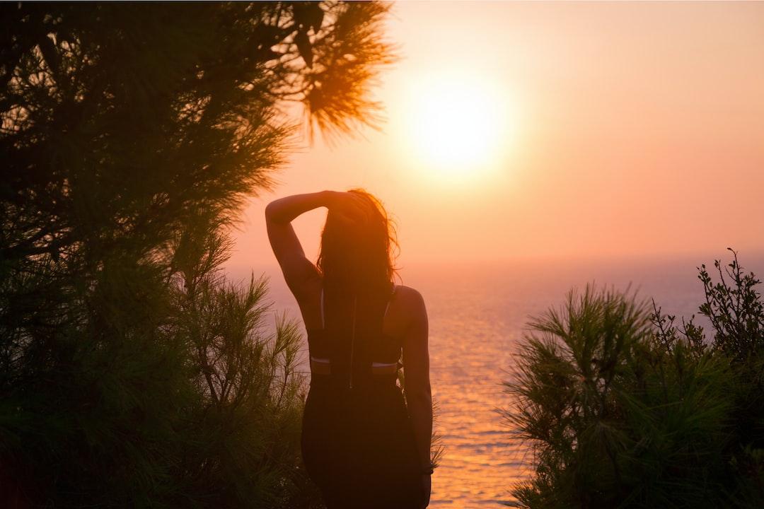 Картинки девушка на закате спиной, открыток
