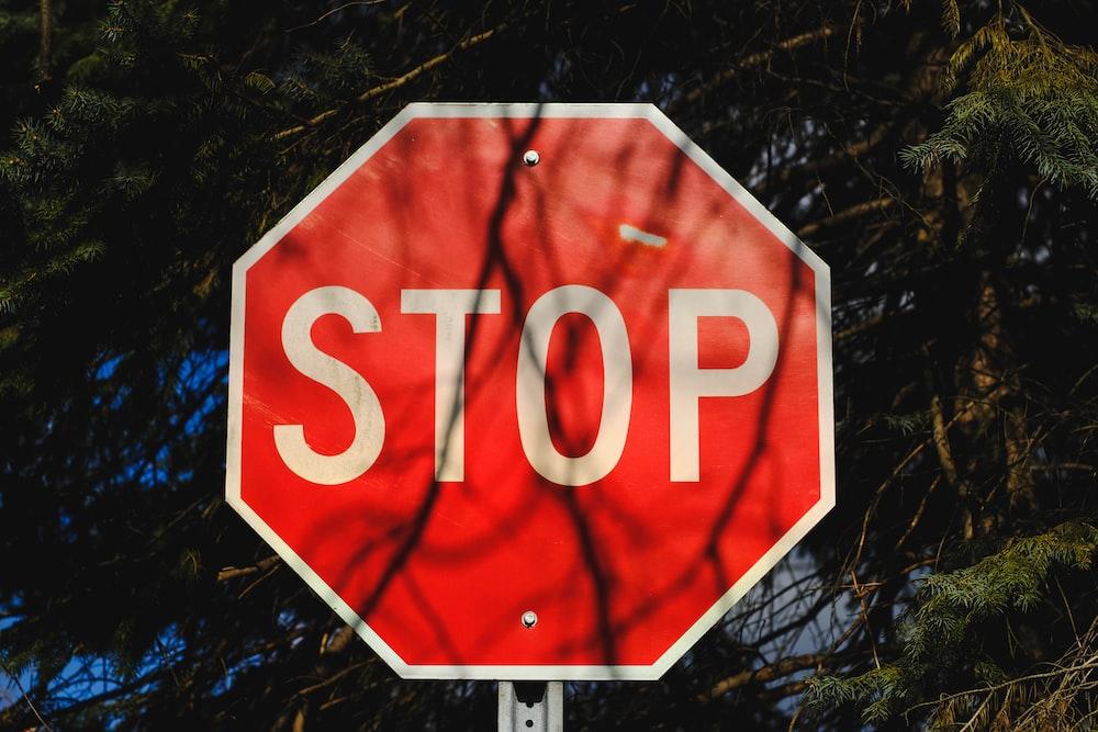 停止信号の道路表示