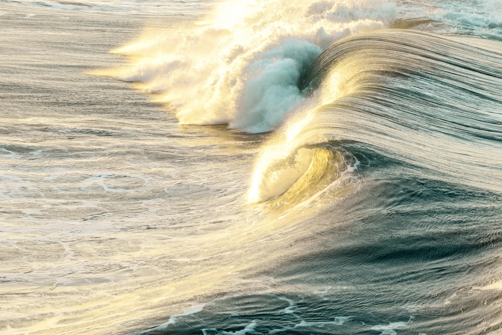 ocean waves during daytime