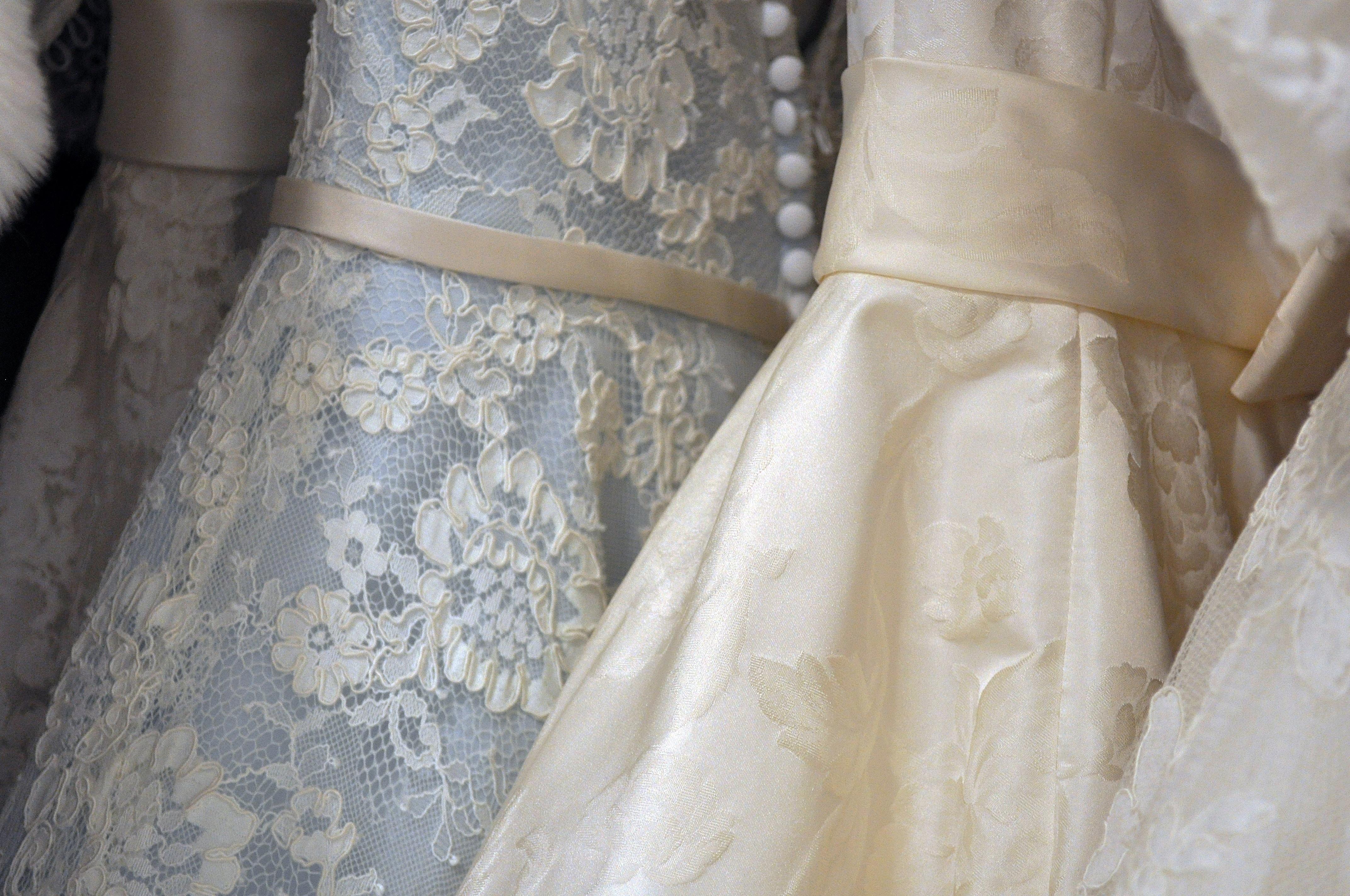 Trouwen | Voor de eerste keer bruidsjurken passen!