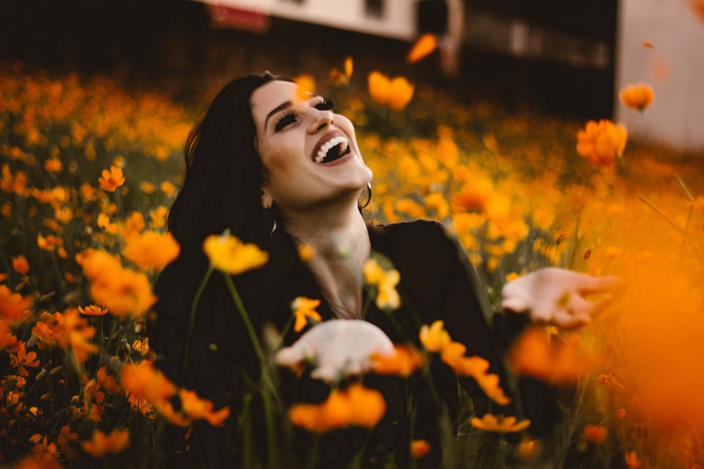 花畑で笑う女性