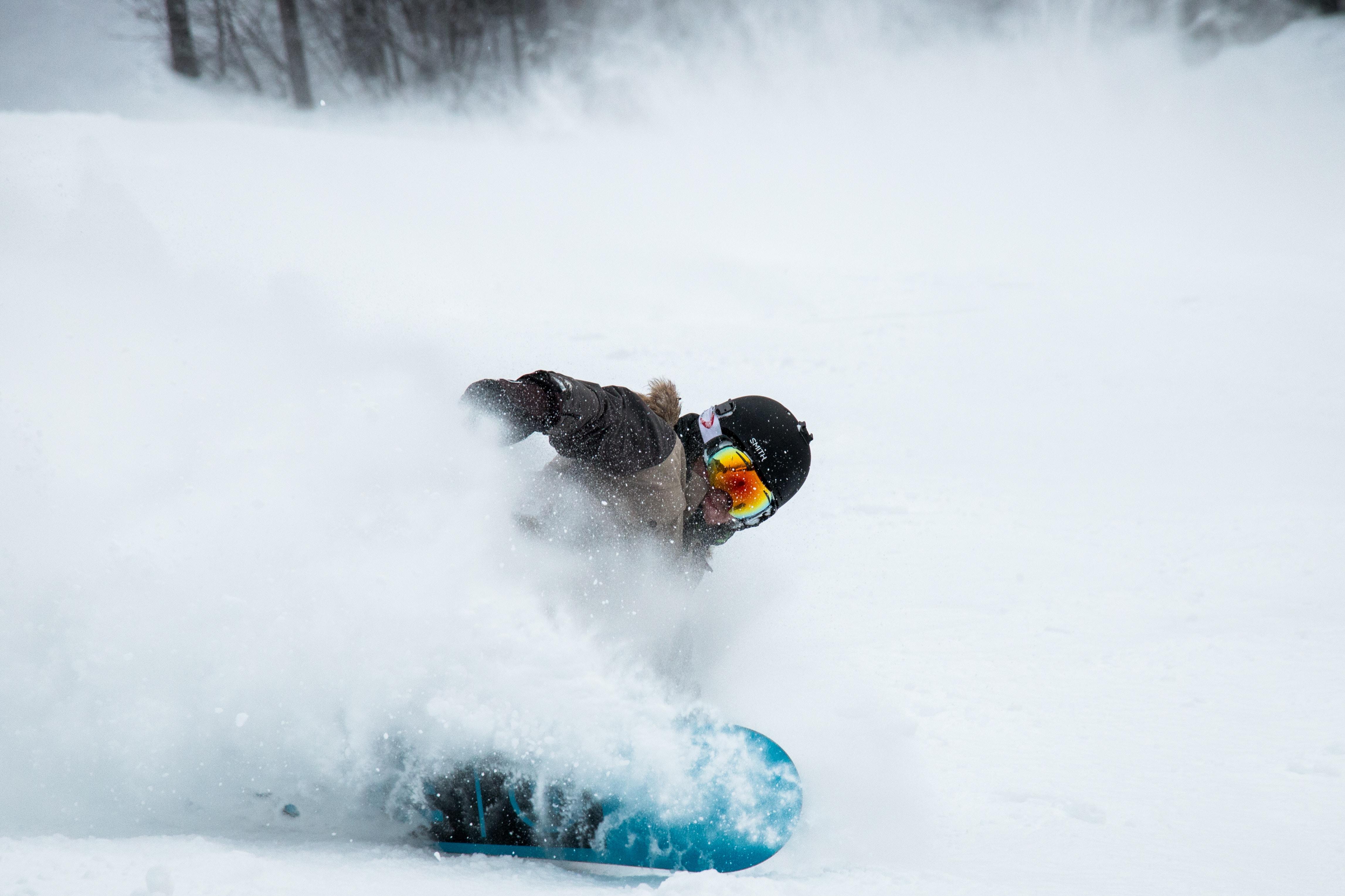 man snowboarding at daytime