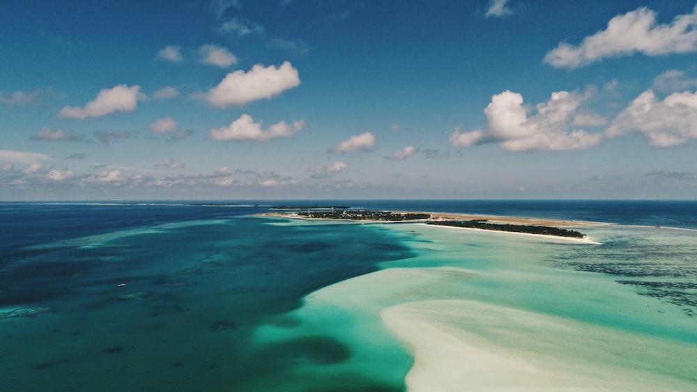 green island surrounding body pf water