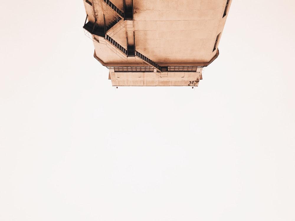 closeup photo of brown building