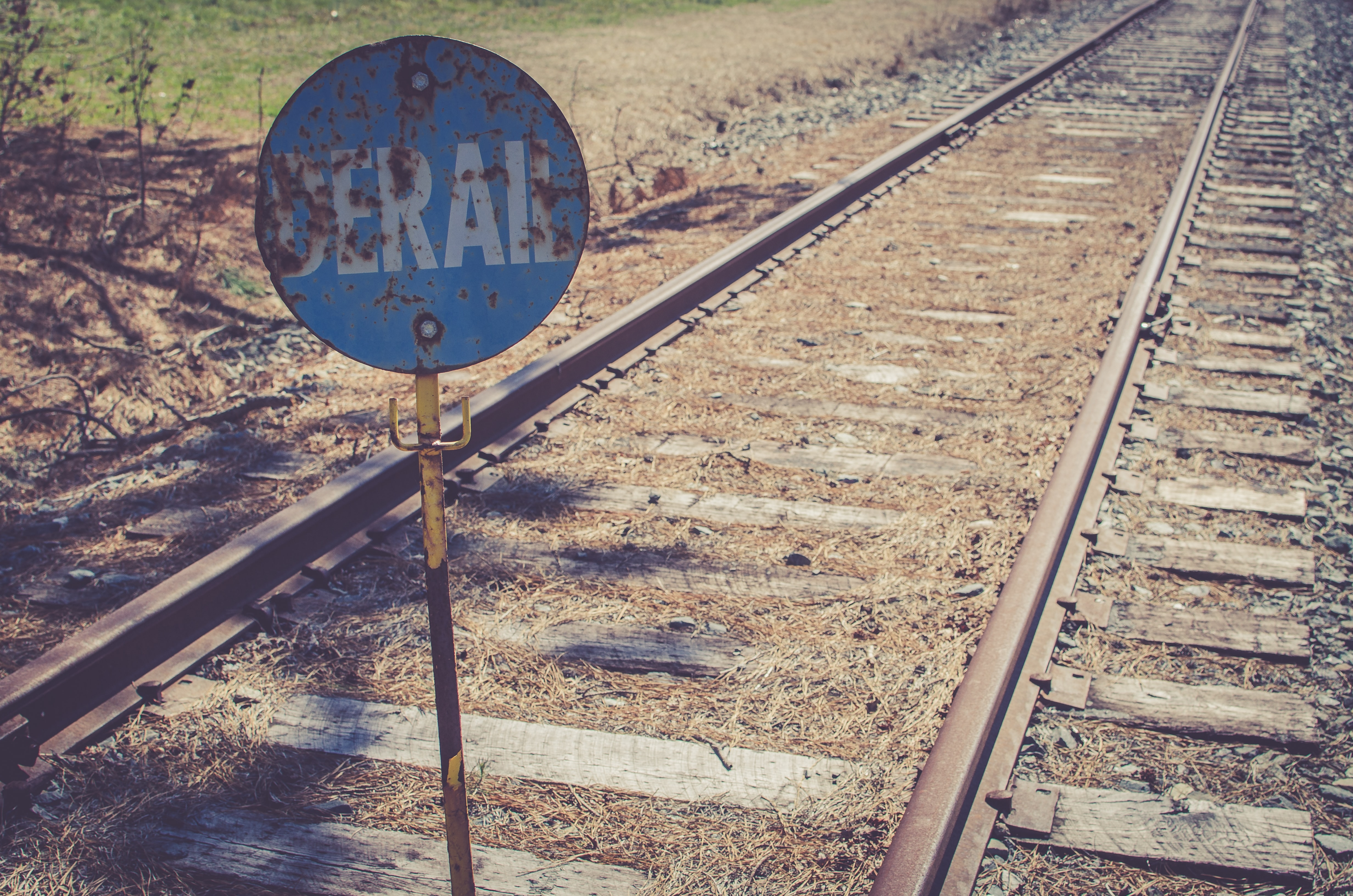 derail sign in railway